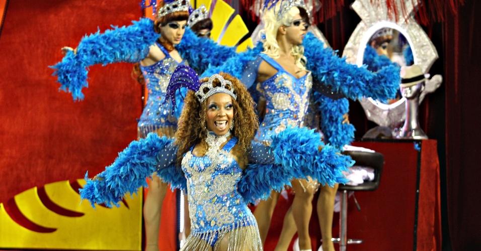 """11.fev.2013 - Portela se apresenta na Sapucaí com o samba-enredo """"Madureira...o meu coração se deixou levar"""", do carnavalesco Paulo Menezes"""