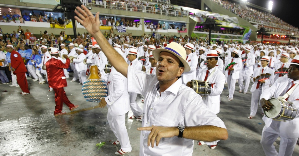 11.fev.2013 - Prefeito do Rio de Janeiro, Eduardo Paes, desfila pela Portela. Uma das integrantes da escola quebrou a perna após carro alegórico bater em árvore
