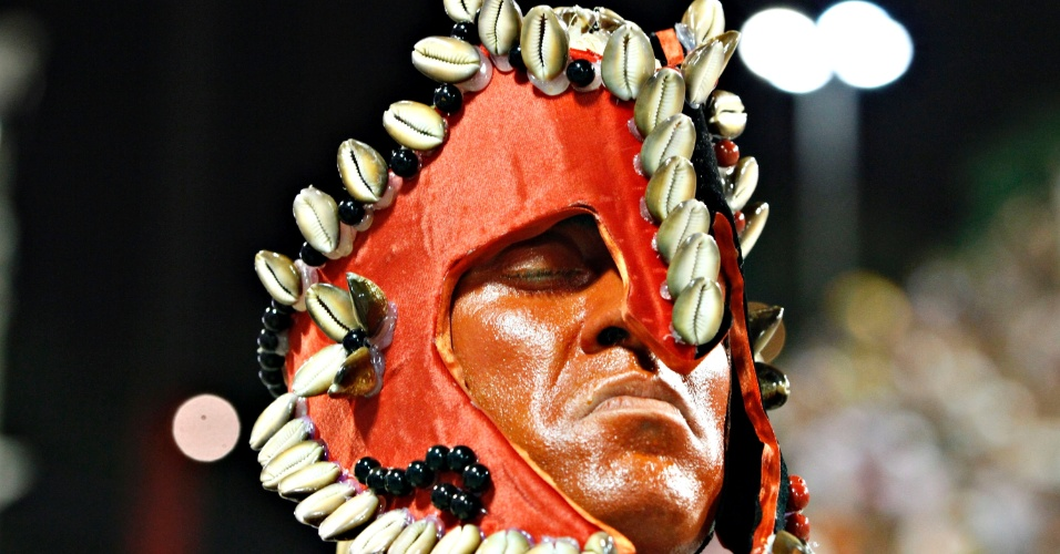 11.fev.2013 - Quarta escola do grupo especial carioca, a bateria de 250 ritmistas da agremiação, liderada por Mestre Odilon, está vestida com temas afros