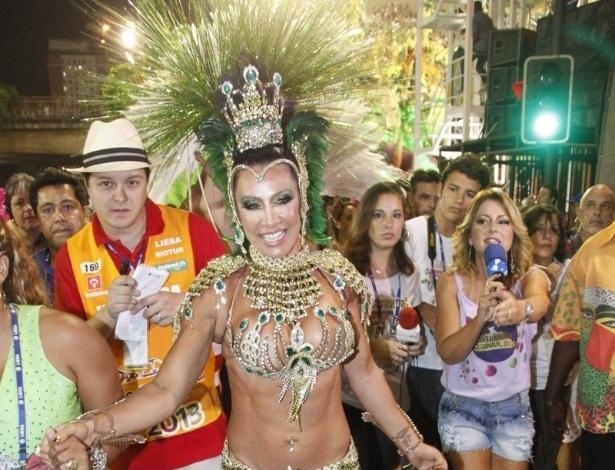11.fev.2013 - A ex-morena do Tchan Scheila Cravalho se prepara para desfilar na Mangueira