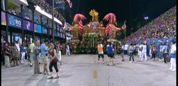 11.fev.2013 - Segundo carro alegórico encontra problemas durante desfile da campeã Unidos da Tijuca
