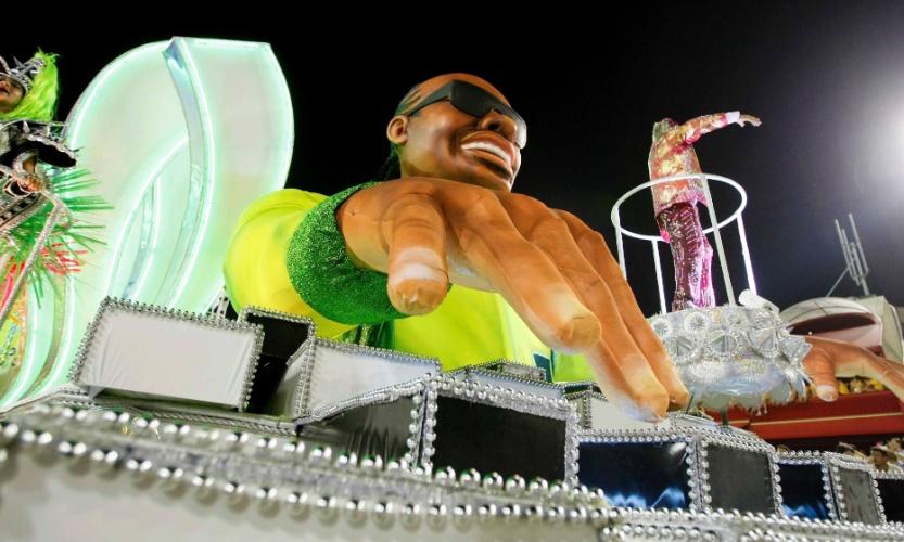 11.fev.2013 - Stevie Wonder é representado em carro alegórico. Músico foi à Cidade do Rock em 2011.