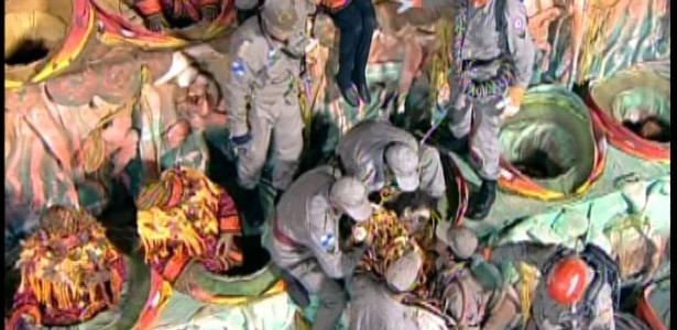 11.fev.2013 - Uma pessoa desmaiada e outra com mal-estar foram socorridas pelo Corpo de Bombeiros de RJ