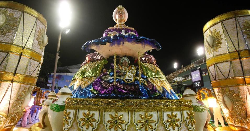 11.fev.2013 - Velha guarda da Portela é homenageada em carro alegórico da escola