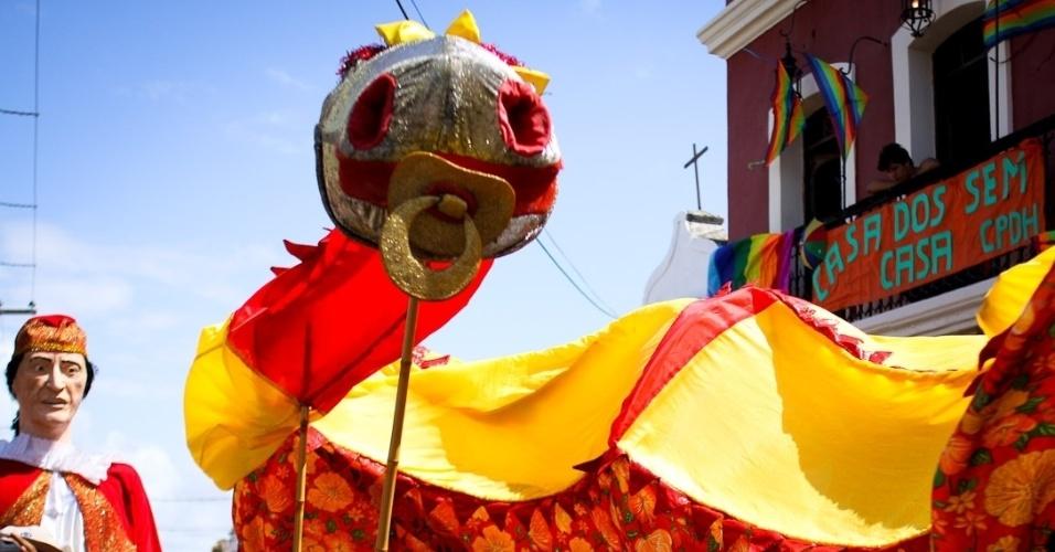 11.fev.2013: Bloco infantil Eu Acho É Pouquinho tem dragão com chupeta
