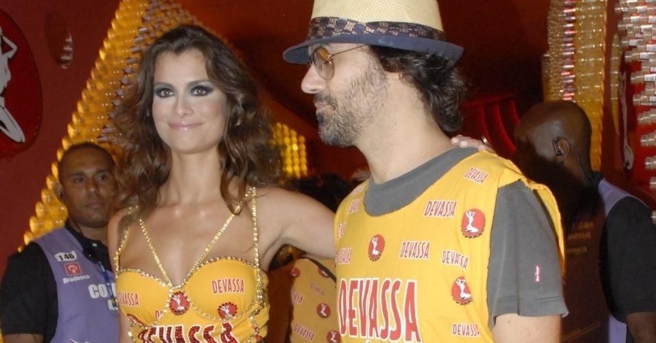 11.fev.2013 - A atriz Alinne Moraes chega ao Camarote Devassa acompanhada no namorado Mauro Lima
