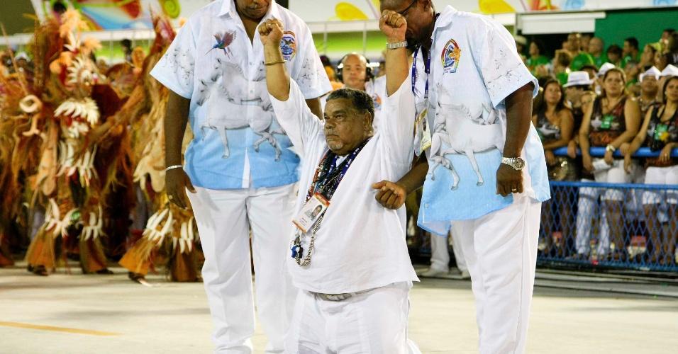 11.fev.2013 - Luiz Fernando do Carmo, o Laíla, diretor de Carnaval da Beija-Flor, ajoelha-se durante a passagem da escola pelo Sambódromo