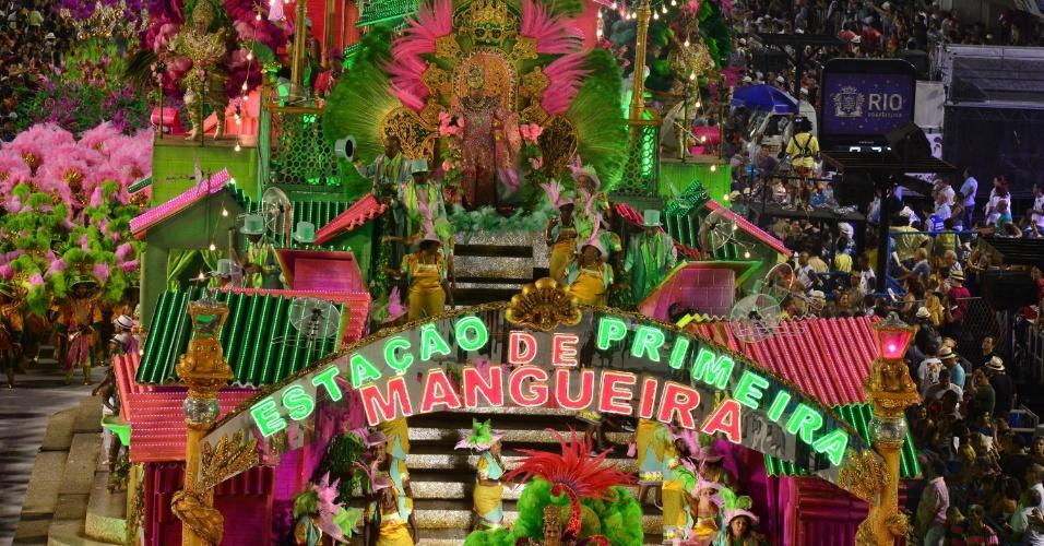 11.fev.2013 - A Mangueira desfila no segundo dia na Sapucaí; escola teve alguns problemas e atrasou para terminar o desfile