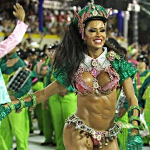 Gracyanne Barbosa, rainha de bateria, durante o desfile da Mangueira na Sapucaí em 2013 - Julio César Guimarães/UOL