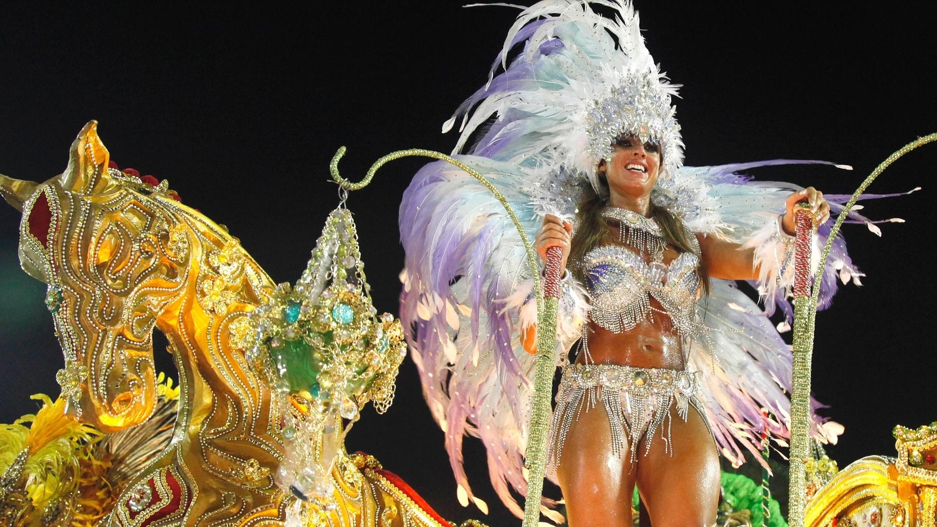 11.fev.2013 - A modelo Nicole Bahls foi uma das personalidades presentes no desfile da Beija-Flor. Ela veio no terceiro carro da escola, representando a Deusa de Diamante