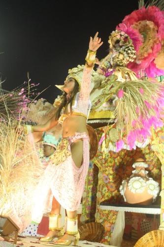 11.fev.2013 - Catarina Migliorini, a virgem de Santa Catarina, desfila pela Mangueira