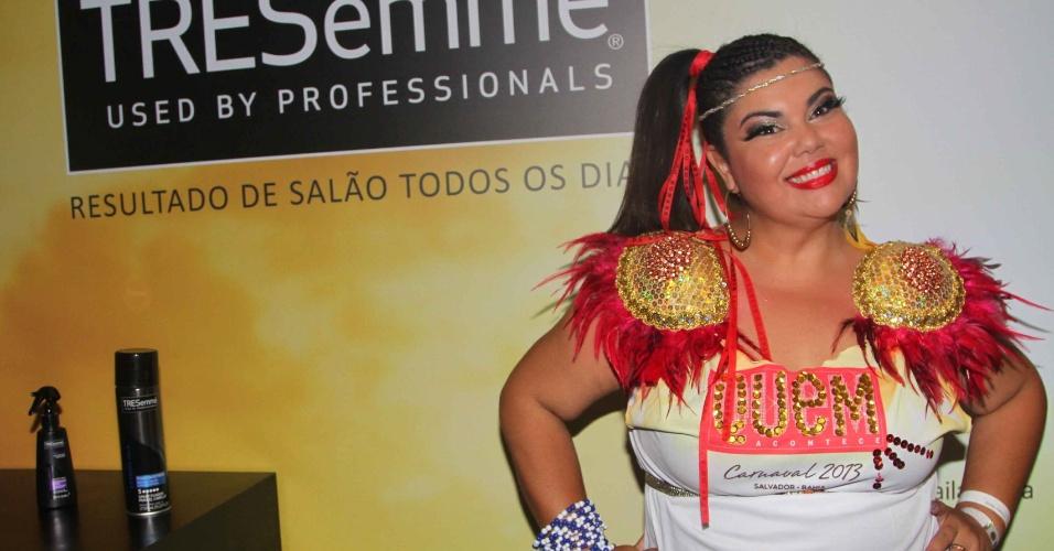 11.fev.2013 - Com look e cabelo produzidos, atriz e humorista Fabiana Karla curte camarote da revista QUEM, em Salvador