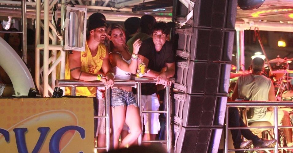 11.fev.2013 - Ex-BBB Yuri aparece ao lado de loira misteriosa e Bruno de Luca durante show do Chichete com Banana, em Salvador
