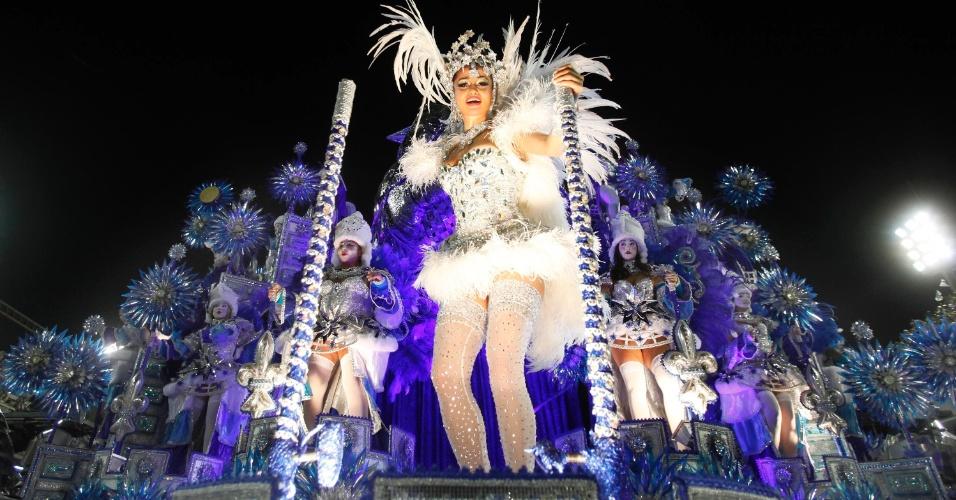 """11.fev.2013 - Nanda Costa, a Morena de """"Salve Jorge"""", desfila pela Beija-Flor no sambódromo do Rio"""
