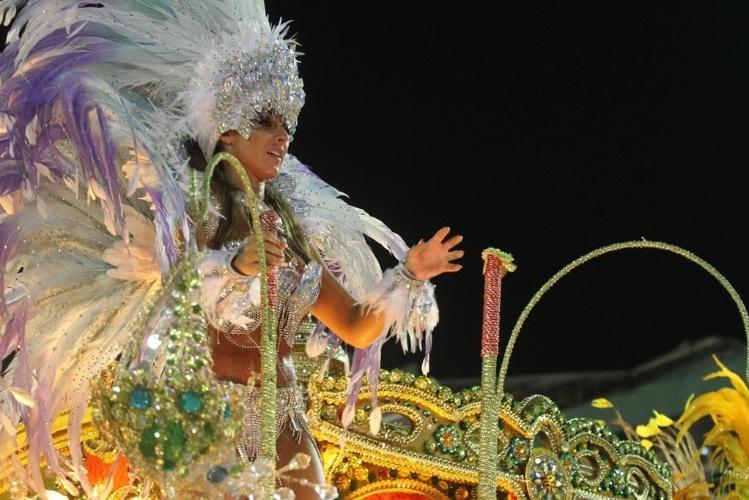 11.fev.2013 - Nicole Bahls durante desfile pela Beija-Flor no Carnaval carioca