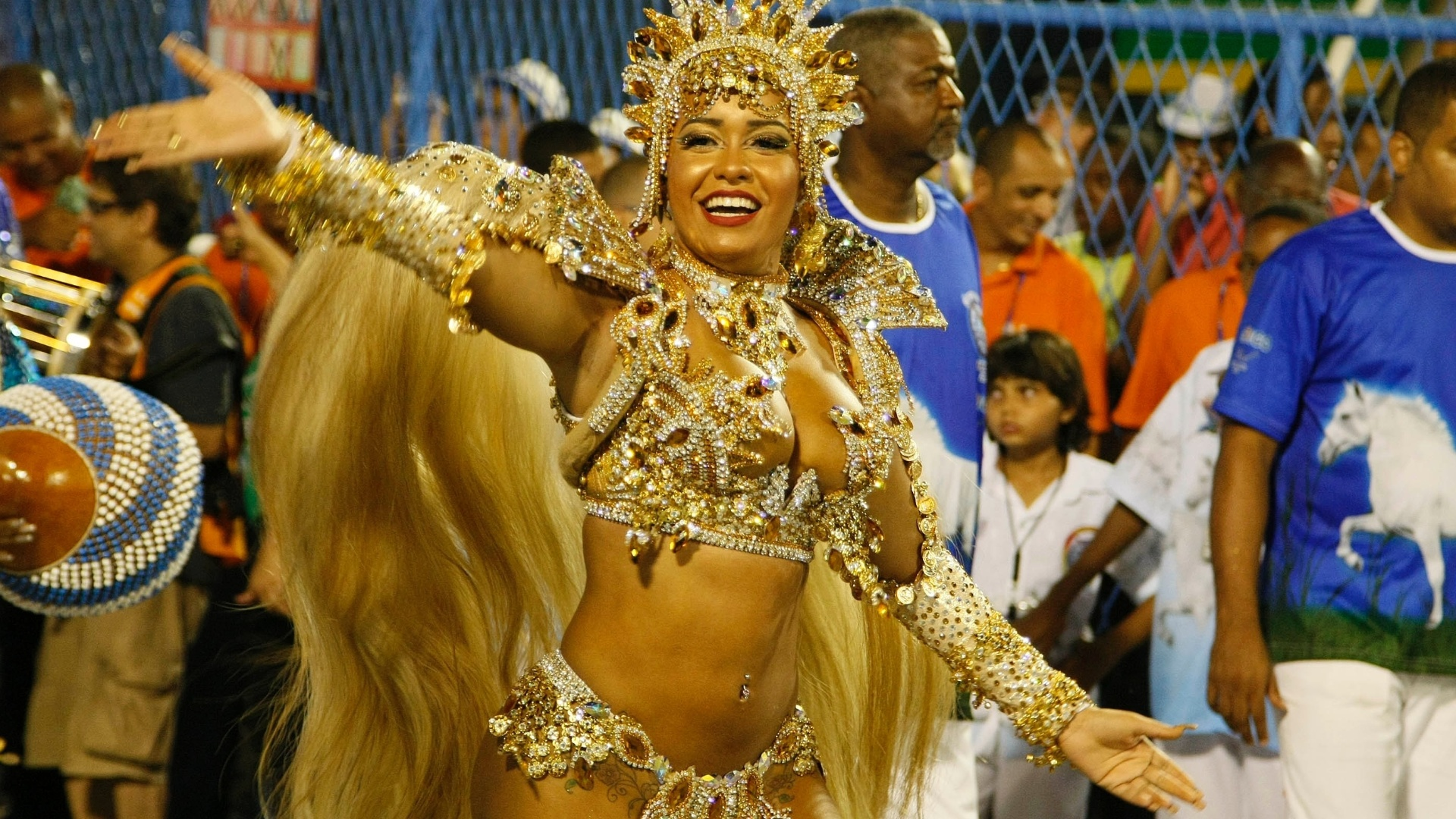 11.fev.2013 - Raíssa de Oliveira durante o desfile da Beija-Flor desfila no sambódromo do Rio
