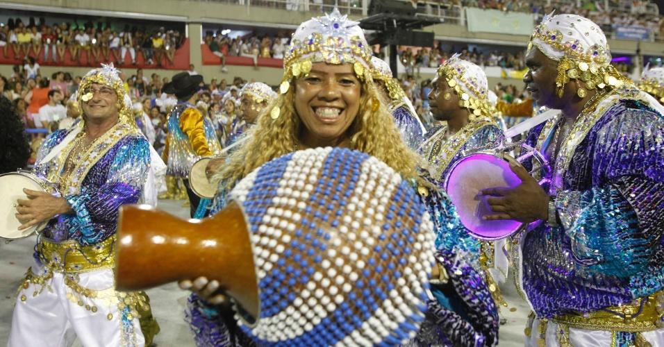 """11.fev.2013 - Ritmistas da bateria da Beija-Flor interpretam o enredo """"Amigo Fiel, do cavalo do amanhecer ao Mangalarga Marchador"""""""