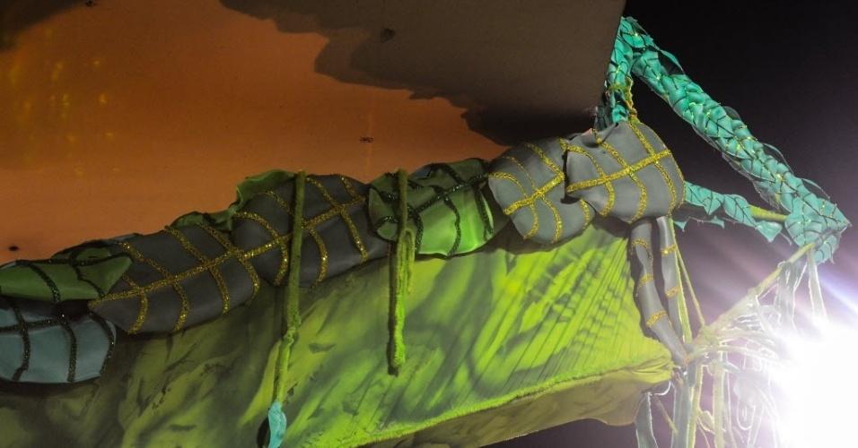 11.fev.2013 - Um pedaço do último carro da Mangueira bateu em uma saliência da Sapucaí destinada a abrigar os fotógrafos