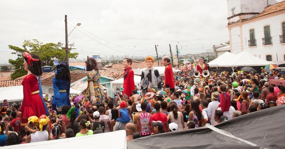 12.fev.2013 - A 26ª edição do evento do Encontro dos Bonecos Gigantes homenageou o cantor Veio Mangada, vivido pelo ator Walmir Chagas; trajeto deste ano incluiu a Rua do Amparo, os Quatro Cantos, a Prefeitura de Olinda e o Varadouro.