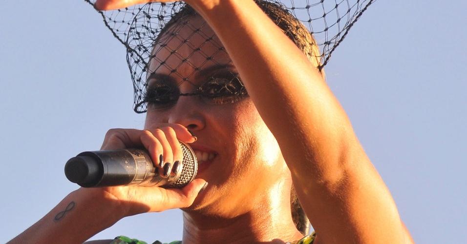 12.fev.2013 - A cantora Alinne Rosa comanda a banda Cheiro de Amor durante apresentação no circuito Barra-Ondina