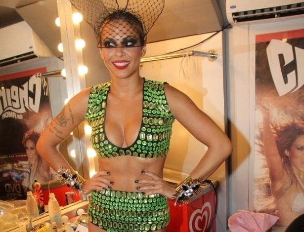 12.fev.2013 - A cantora Alinne Rosa posa para fotógrafos no camarim de seu trio, pouco antes de desfilar para os foliões no circuito Barra-Ondina