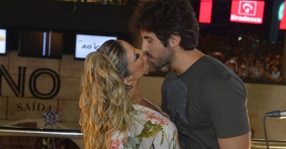 12.fev.2013 - A cantora Claudia Leitte beija seu marido, o empresário Márcio Pedreira, na sua última apresentação no Carnaval 2013