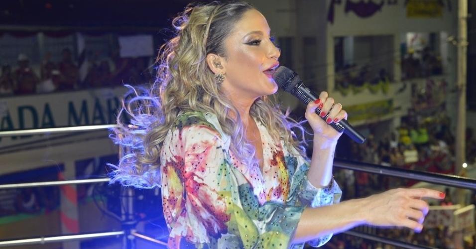 12.fev.2013 - A cantora Claudia Leitte prestou homenagem à Tropicalia em figurino utilizado durante sua apresentação no circuito Barra-Ondina