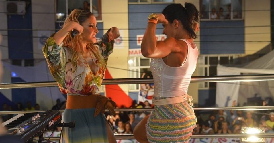 12.fev.2013 - A ex-dançarina do grupo É o Tchan, Scheila Carvalho, faz participação especial no show de Claudia Leitte no circuito Barra-Ondina