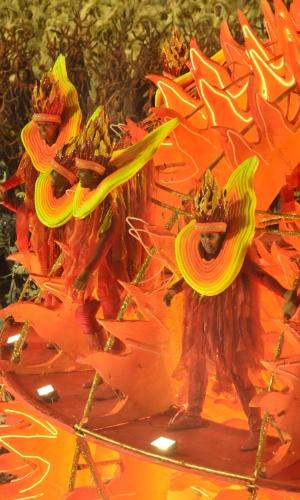 """12.fev.2013 - A Vila Isabel se apresenta na Sapucaí com o samba-enredo: """"A Vila canta o Brasil, celeiro do mundo - """"Água no feijão que chegou mais um"""", de Rosa Magalhães"""