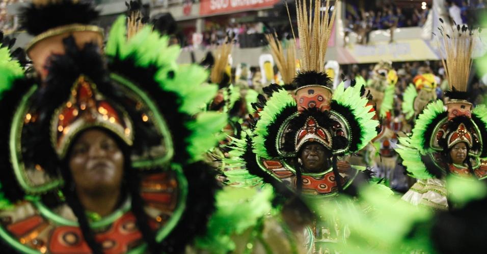 12.fev.2013 - Ala das baianas que representa a arte do estado do Pará. Imperatriz Leopoldinense conta a história do estado na Sapucaí, Rio de Janeiro.