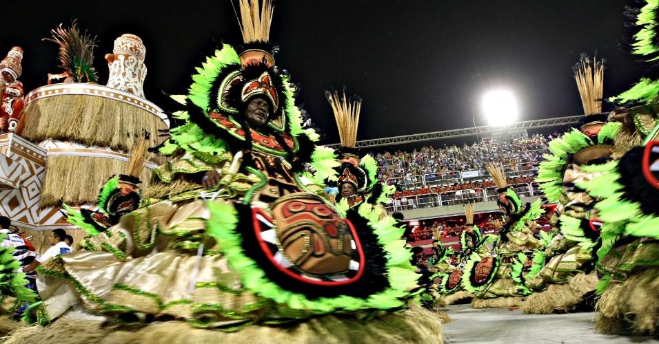 12.fev.2013 - Ala das baianas representa a arte índígena do estado do Pará, estado que teve sua história contada pela Imperatriz Leopoldinense