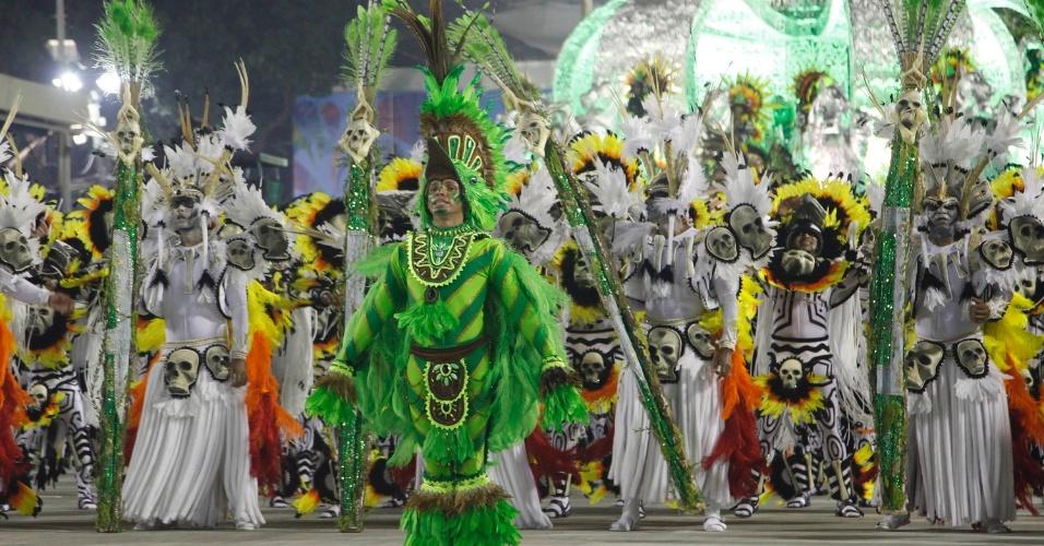 12.fev.2013 - Ala mostra a diversidade indígena do estado do Pará. Imperatriz Leopoldinense conta a história do estado na passarela da Sapucaí, no Rio de Janeiro.