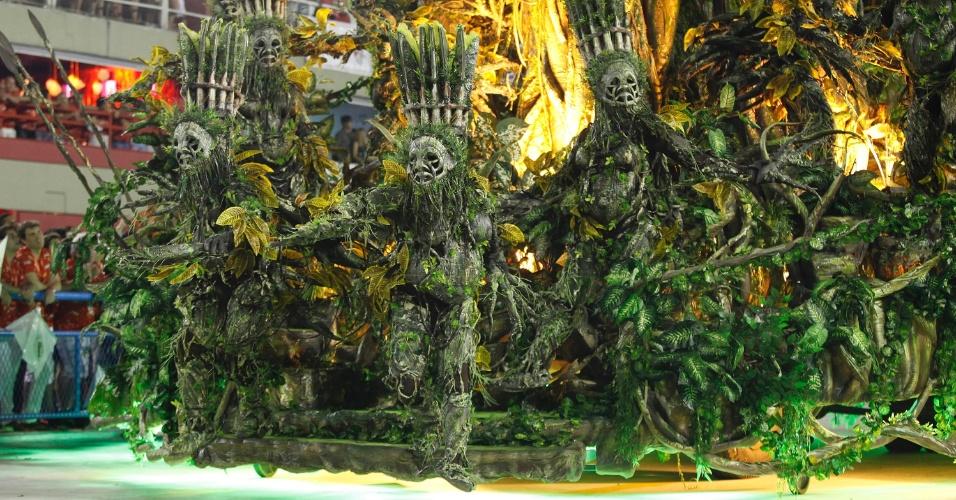 12.fev.2013 - Alegoria da comissão de frente. Dançarinos representam os ancestrais indígenas. Escola conta a história do estado do Pará.