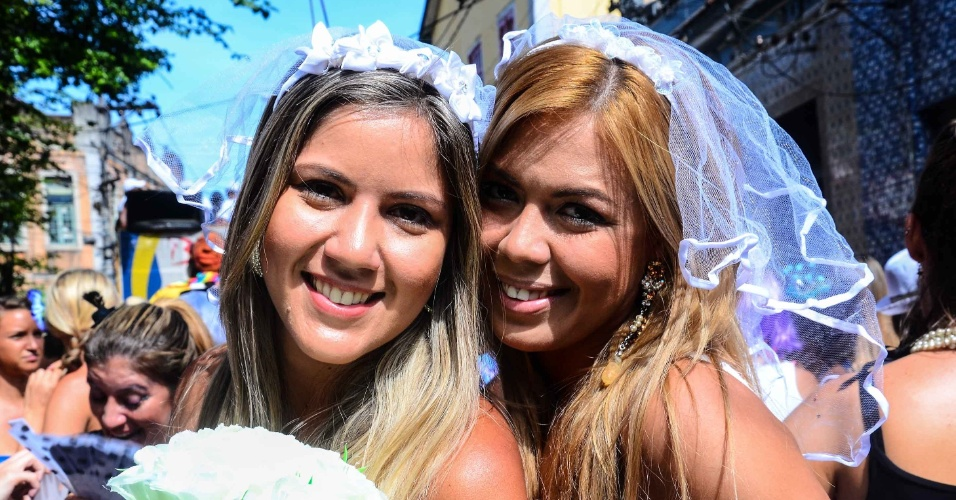 12.fev.2013 - Amigas vestidas de noivas se divertem no bloco das Carmelitas, em Santa Teresa, no Rio