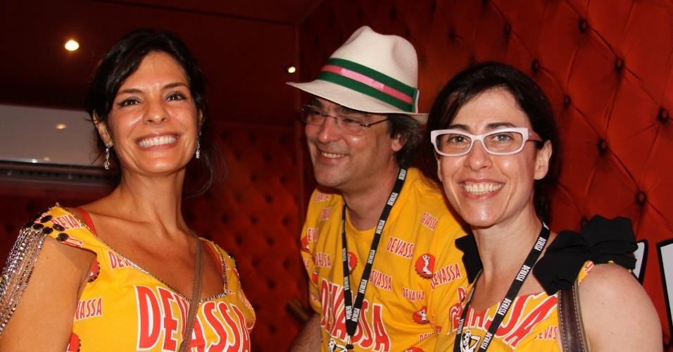 12.fev.2013 - O diretor Andrucha Waddington curte o camarote da Devassa ao lado da mulher Fernanda  Torres (dir.) e  Helena Ranaldi