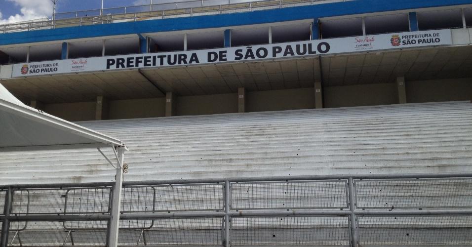 12.fev.2013 - Um ano depois do episódio dos envelopes rasgados, apuração de São Paulo tem entrada restrita e arquibancadas do Anhembi estão vazias