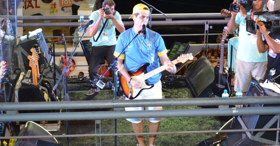 12.fev.2013 - O Asa de Águia, do vocalista Durval Lelys, fez apresentação para fãs e foliões do circuito Barra-Ondina, na terça de Carnaval