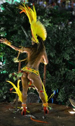 12.fev.2013 - Bumbum de passista no carro abre-alas. Imperatriz Leopoldinense canta o samba-enredo da história do Pará.