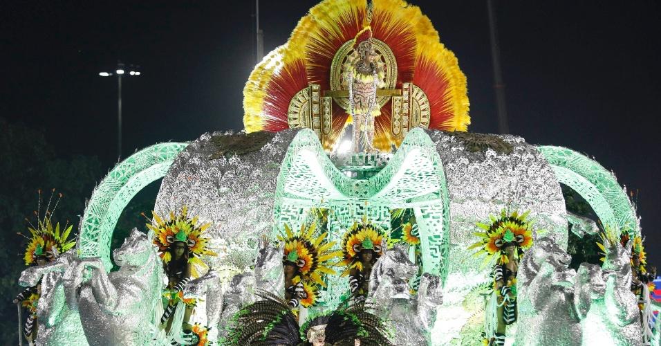 12.fev.2013 - Carro abre-alas da Imperatriz Leopoldinense traz a típica coroa, símbolo da escola.
