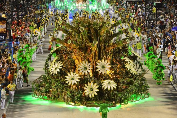 12.fev.2013 - Carro da comissão de frente da Imperatriz Leopoldinense simula a natureza viva com flores que abrem e fecham.