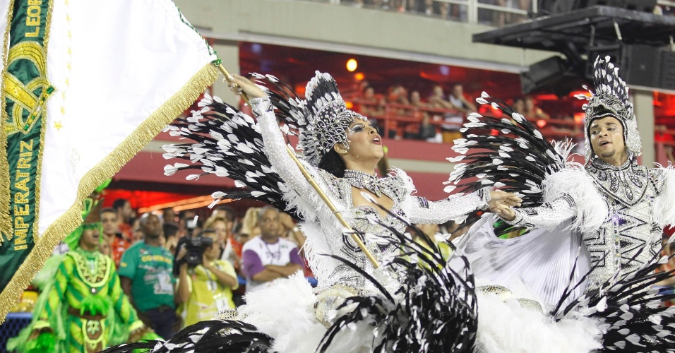12.fev.2013 - Casal de mestre-sala e porta-bandeira da Imperatriz Leopoldinense evolui na Sapucaí, Rio de Janeiro. Escola contou a história do estado do Pará