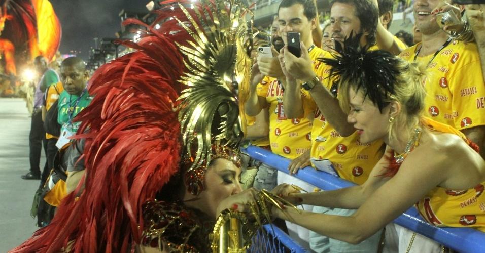 12.fev.2013 - Claudia Raia beija a mão de Mariana  Ximenes durante  desfile da Beija-Flor
