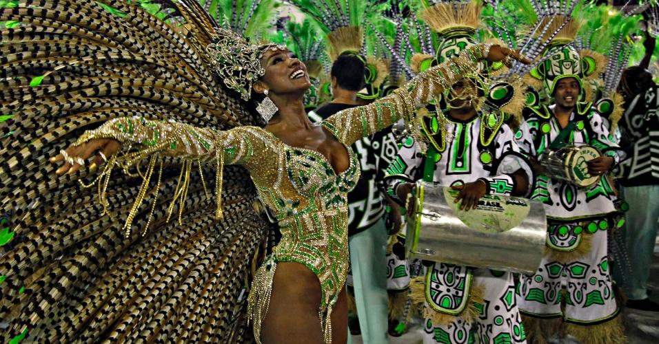 12.fev.2013 - Cris Vianna reina à frente da bateria da Imperatriz Leopoldinense, escola das mais tradicionais escolas do Grupo Especial do Rio de Janeiro.