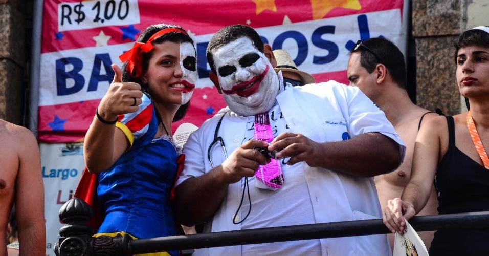 12.fev.2013 - De cara pintada, foliões se divertem no bloco das Carmelitas, em Santa Teresa, no Rio