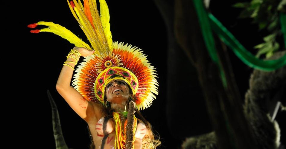12.fev.2013 - Destaque do carro abre-alas canta o samba-enredo da Imperatriz Leopoldinense.