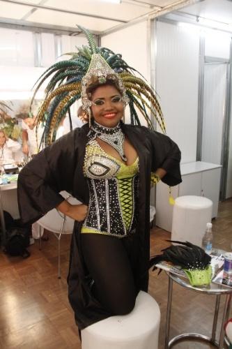 12.fev.2013 - Destaque do carro que apresenta o tecnobrega, a cantora paraense Gaby Amarantos se prepara antes do desfile da Imperatriz Leopoldinense