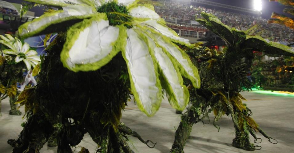 12.fev.2013 - Detalhe da fantasia da comissão de frente da Imperatriz Leopoldinense. Flores abriam e fechavam representando a natureza.