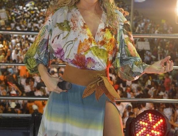 12.fev.2013 - Durante a apresentação, a cantora Claudia Leitte prestou homenagem aos personagens de quadrinhos da Turma da Mônica, criados por Mauricio de Sousa, que acompanhou o show no camarote da cantora