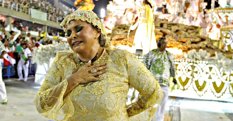 12.fev.2013 - Fafá de Belém, que foi destaque na comissão de frente, voltou para o fim do desfile e se emocionou na ala da romaria