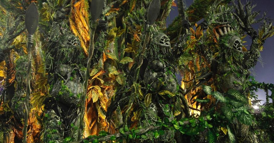 12.fev.2013 - Fantasia da comissão de frente da Imperatriz Leopoldinense simulava a natureza viva. Escola conta a história do estado do Pará.